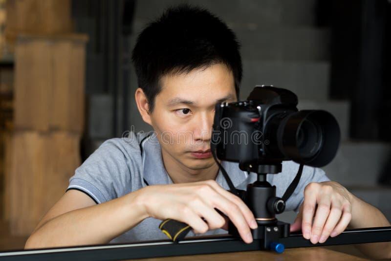 Yrkesmässiga fotografer skjuter det videogem och fotoet arkivbilder