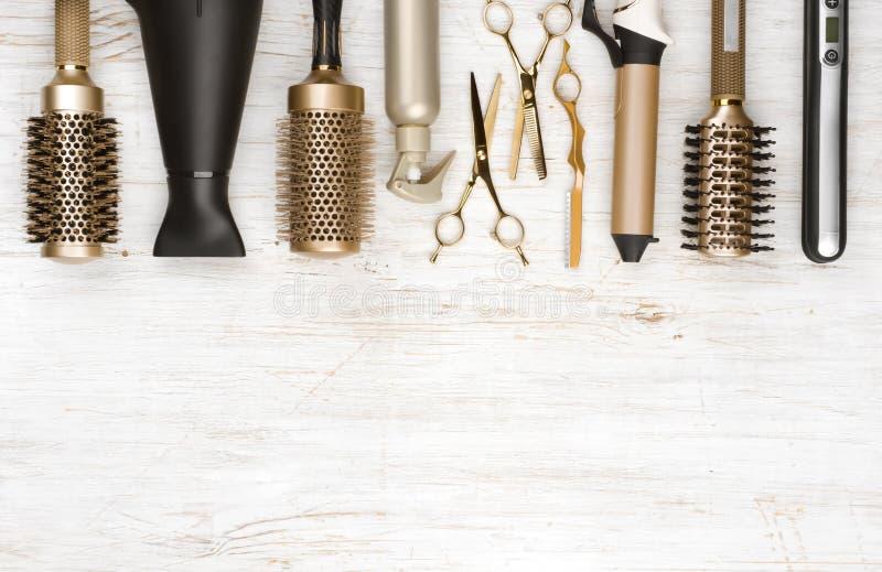 Yrkesmässiga hårskänkhjälpmedel på träbakgrund med kopieringsutrymme royaltyfria bilder