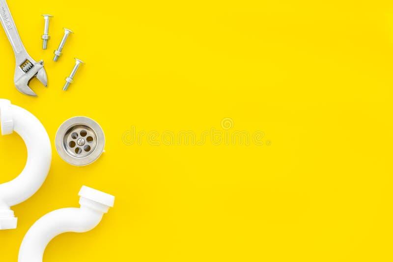 Yrkesmässiga instrument för rörmokare på gult utrymme för bästa sikt för bakgrund för text royaltyfri fotografi