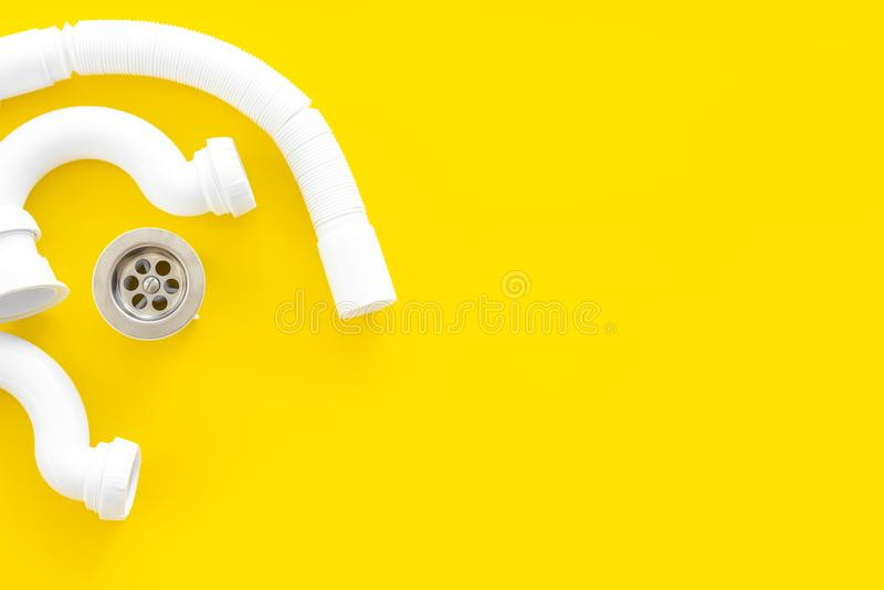 Yrkesmässiga instrument för rörmokare på gult utrymme för bästa sikt för bakgrund för text royaltyfria foton