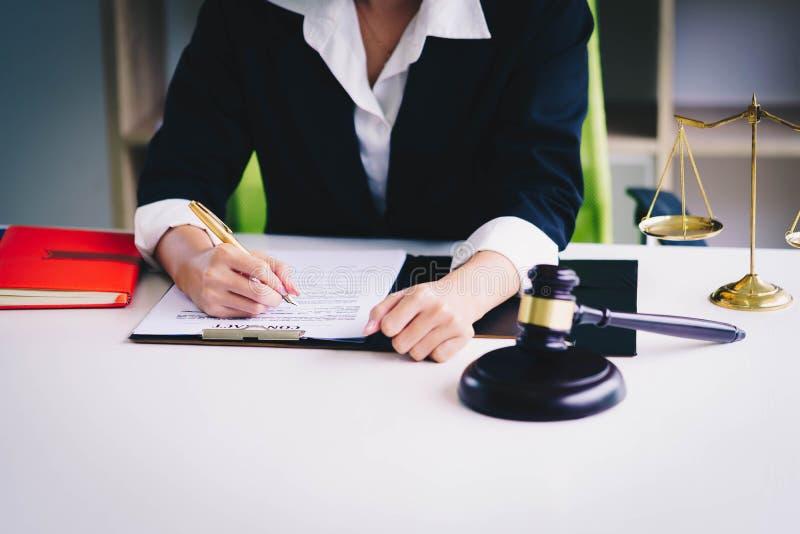 Yrkesmässiga kvinnliga advokater som arbetar på advokatbyråerna Domaren gav sig arkivfoton