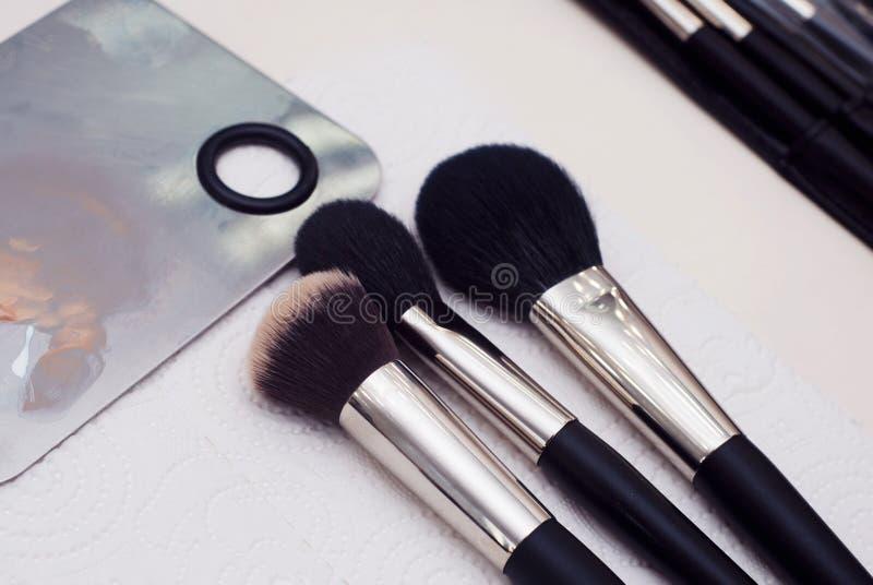 Yrkesmässiga kvinnliga skönhetsmedelborstar för makeup och ögonfransborste som isoleras på svart bakgrund, skönhetsmedelbegrepp,  fotografering för bildbyråer