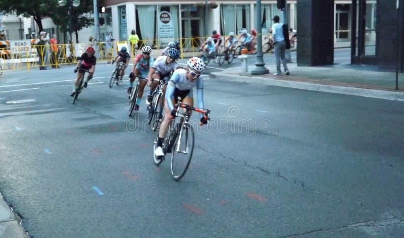Yrkesmässiga kvinnor som cyklar att konkurrera för racerbilar royaltyfria foton