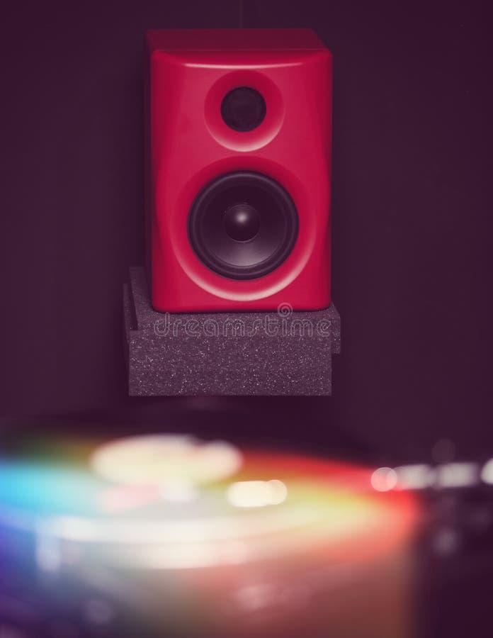 Yrkesmässiga ljudsignalbildskärmar i studio för solid inspelning arkivbilder