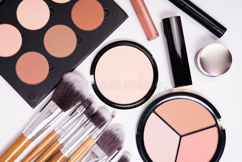 Yrkesmässiga makeuphjälpmedel som är flatlay på vit bakgrund arkivbilder