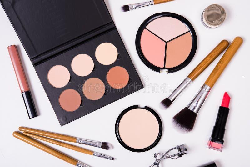 Yrkesmässiga makeuphjälpmedel som är flatlay på vit bakgrund fotografering för bildbyråer
