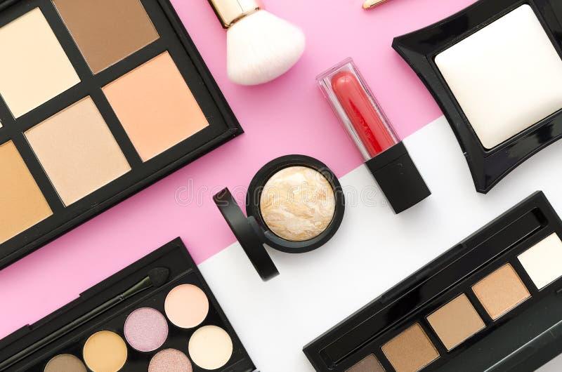 Yrkesmässiga makeuphjälpmedel som är flatlay på vit rosa dubbel färgbakgrund Ställ in av att dra upp konturerna av korrigerings f fotografering för bildbyråer