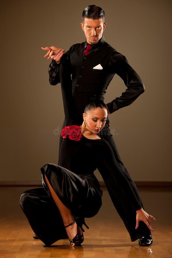 Yrkesmässiga par för balsaldans preform en utställningdans arkivfoto