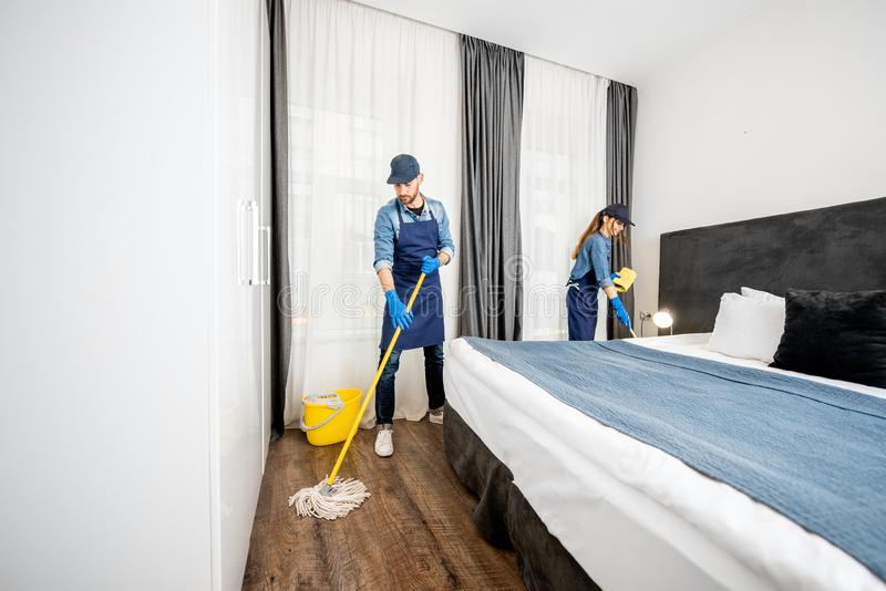 Yrkesmässiga rengöringsmedel i sovrummet eller hotellrummet arkivfoton