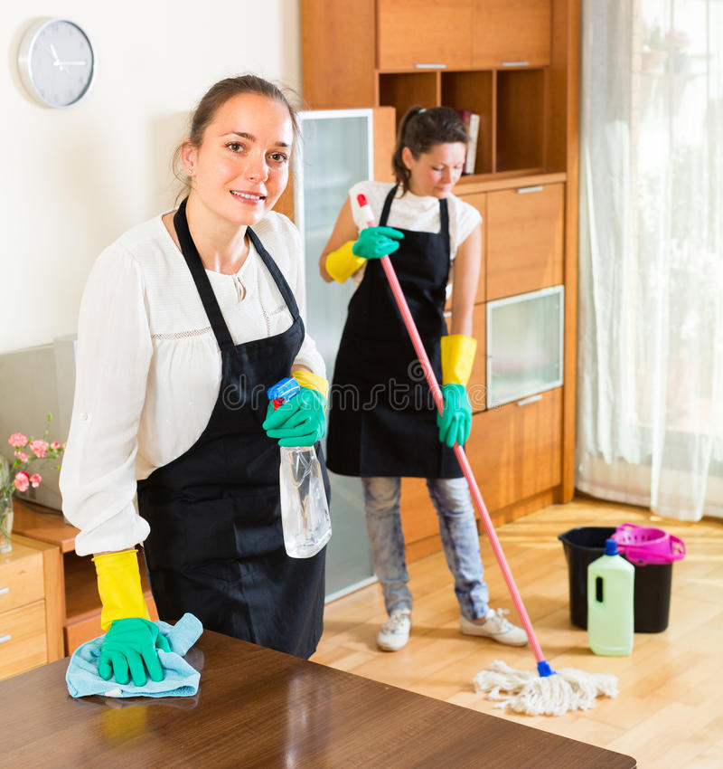 Yrkesmässiga rengöringsmedel på arbete royaltyfri bild