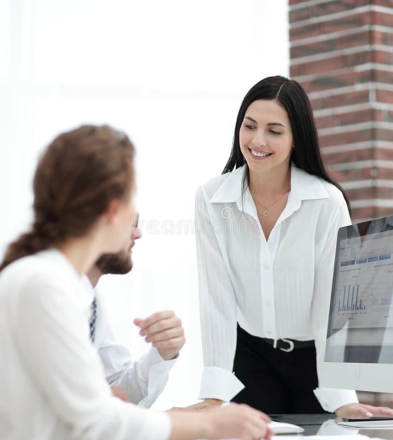Yrkesmässiga specialister av företaget som diskuterar finansiella scheman arkivbilder