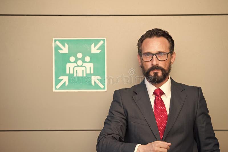 Yrkesmässigt affärsfolk på tecknet för mötepunkt Man i dräkt och rött band på tecknet för mötepunkt Mötepunkt för ungt royaltyfria bilder