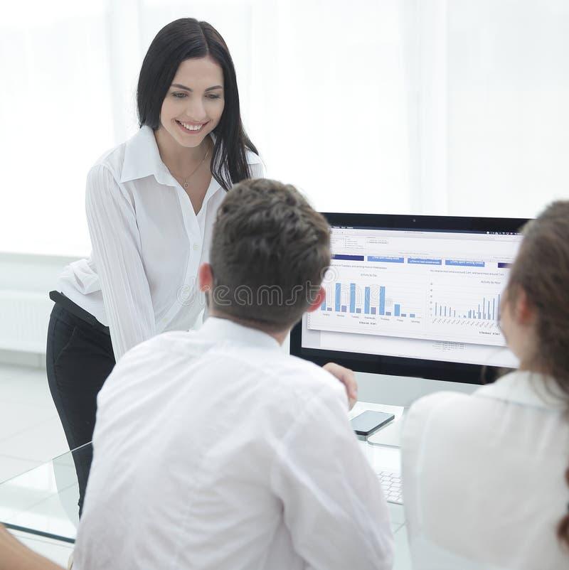 Yrkesmässigt affärslag som diskuterar marknadsföra diagram på skrivbordet royaltyfria bilder