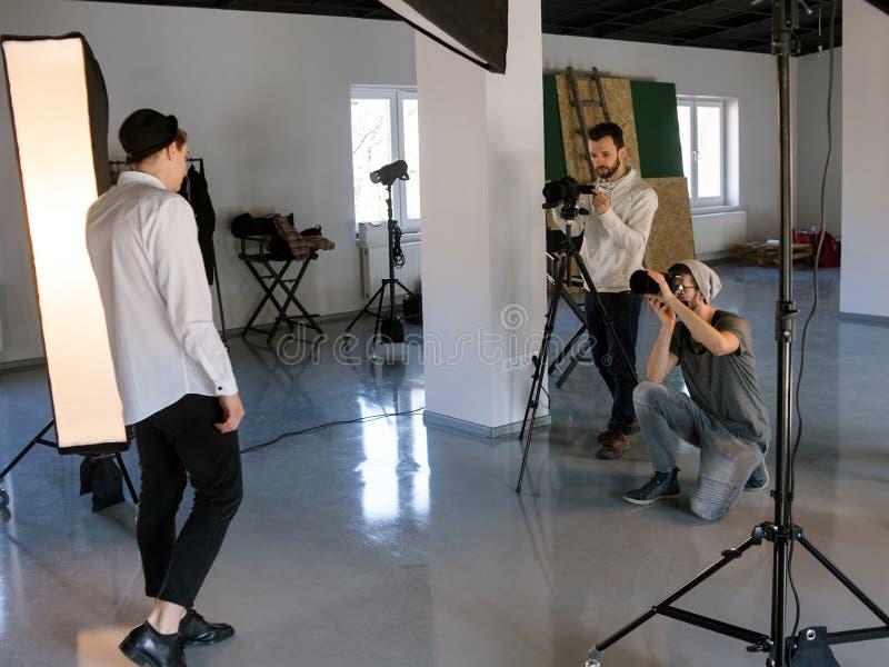Yrkesmässigt arbete för foto- och videoproduktionlag royaltyfria foton