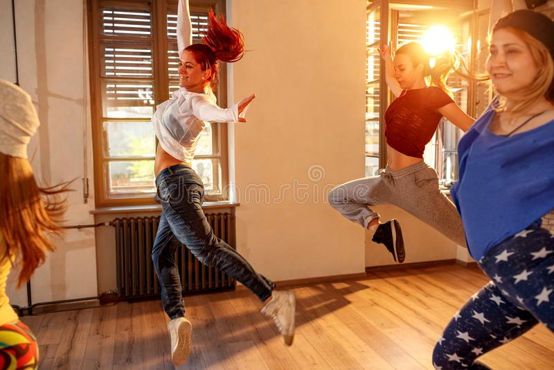 Yrkesmässigt folk som utbildar moderna danser i studio royaltyfri foto
