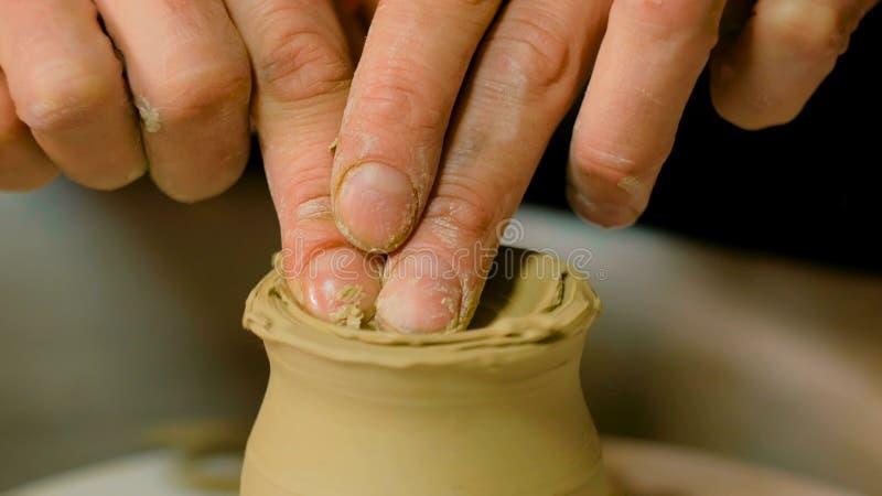 Yrkesmässigt forma för keramiker rånar i krukmakeriseminarium royaltyfri bild