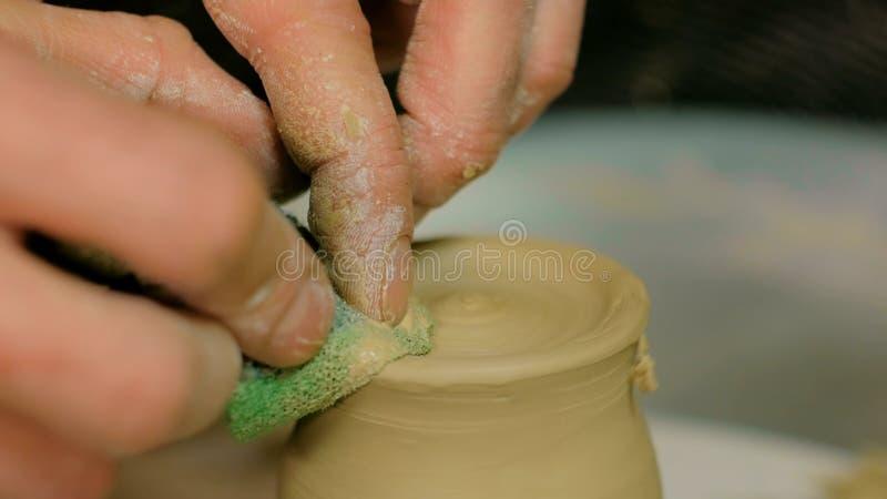Yrkesmässigt forma för keramiker rånar med det speciala hjälpmedlet i krukmakeriseminarium arkivbild