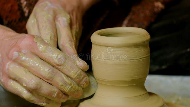 Yrkesmässigt forma för keramiker rånar med det speciala hjälpmedlet i krukmakeriseminarium arkivfoton
