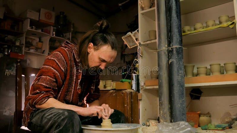 Yrkesmässigt forma för keramiker rånar med det speciala hjälpmedlet i krukmakeriseminarium arkivfoto