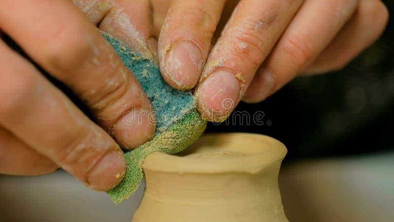 Yrkesmässigt forma för keramiker rånar med det speciala hjälpmedlet i krukmakeriseminarium royaltyfria bilder