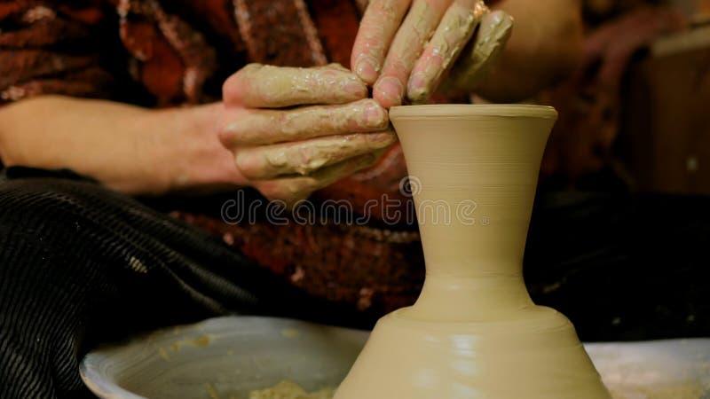 Yrkesmässigt forma för keramiker rånar med i krukmakeriseminariet royaltyfri fotografi