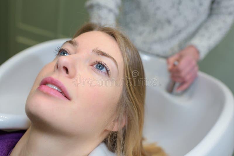 Yrkesmässigt hår för frisörtvagningkunder royaltyfri fotografi