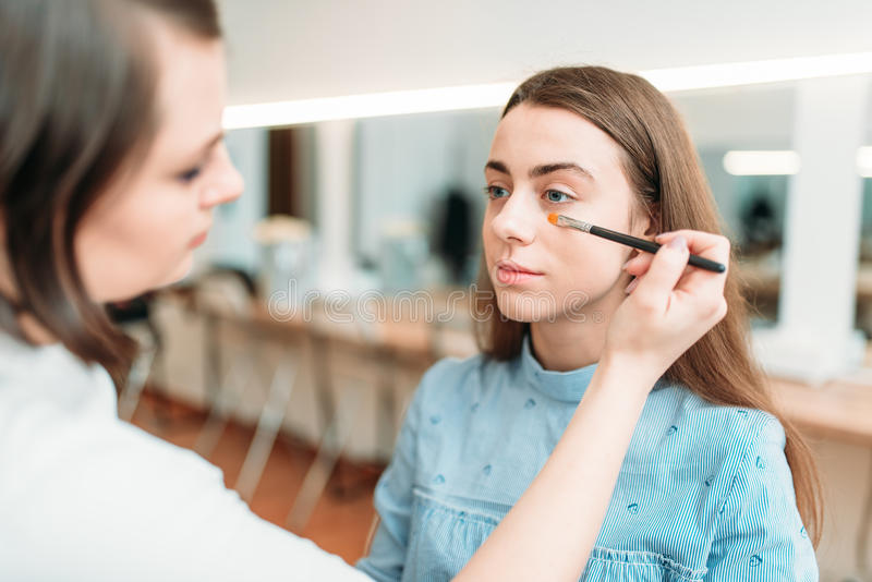 Yrkesmässigt kosmetologarbete med kvinnaögonbryn royaltyfri bild