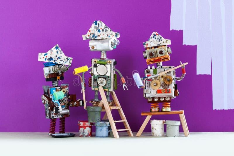 Yrkesmässigt målaredekoratörlag på arbete Roliga robotar med målarfärgrullar och hinkar, purpurfärgat kulört rum royaltyfri bild