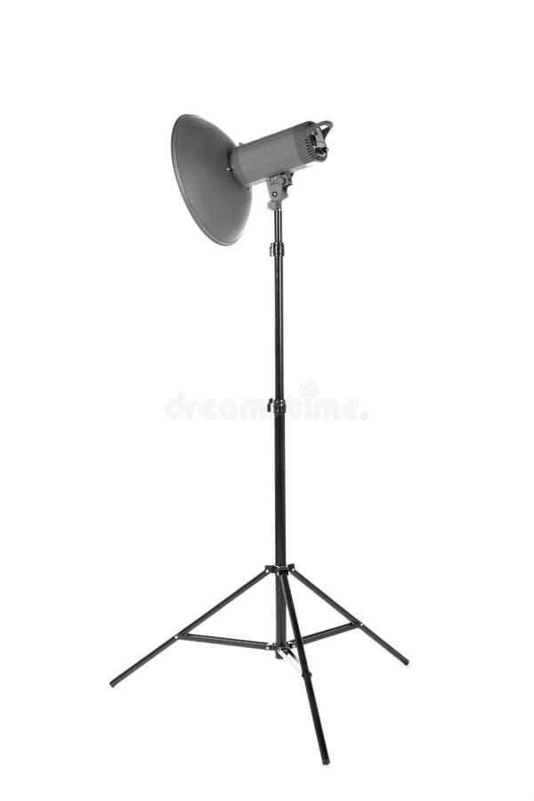 Yrkesmässigt studioexponeringsljus som isoleras på en vit bakgrund Studiobelysning på en tripod fotografisk utrustning royaltyfria foton