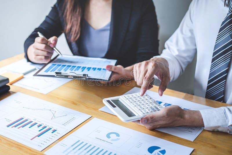 Yrkesmässigt utövande affärskollegalag som arbetar och analyserar med nytt projekt av redovisningsfinans, idépresentationen och royaltyfria foton