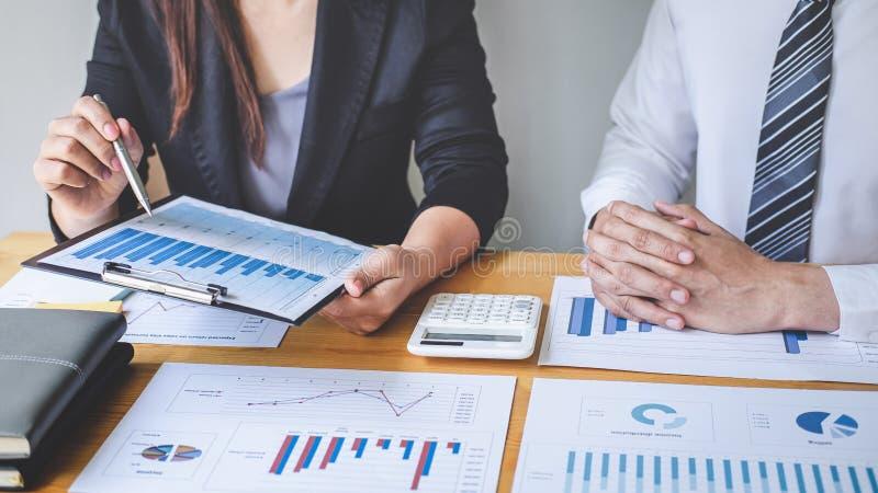 Yrkesmässigt utövande affärskollegalag som arbetar och analyserar med nytt projekt av redovisningsfinans, idépresentationen och arkivfoton