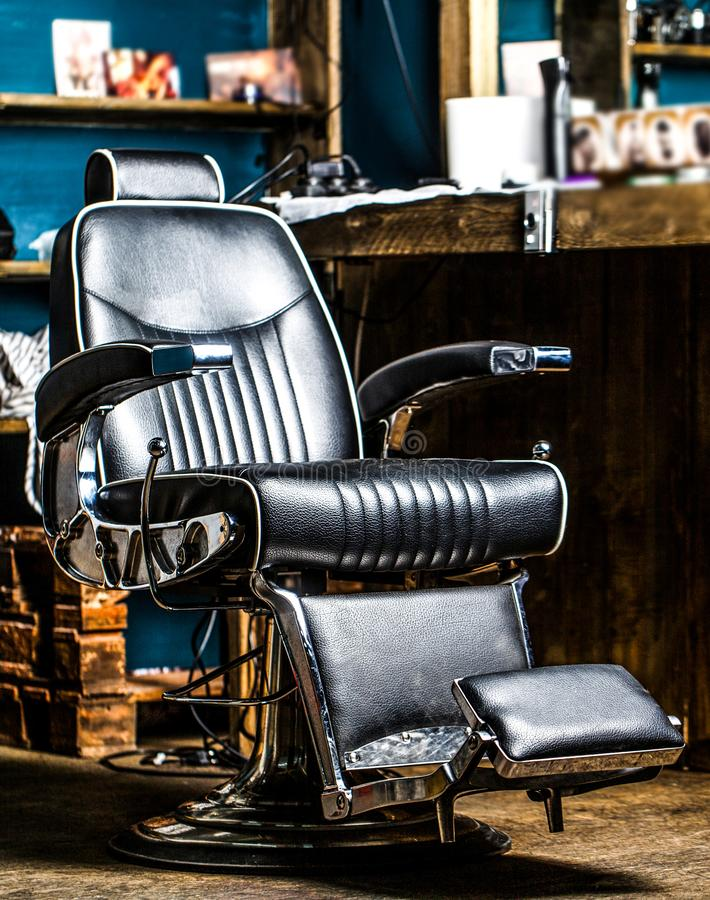 Yrkesm?ssig fris?r i frisersalonginre Barberaren shoppar stol Frisersalongf?t?lj, modern fris?r och h?r arkivfoton