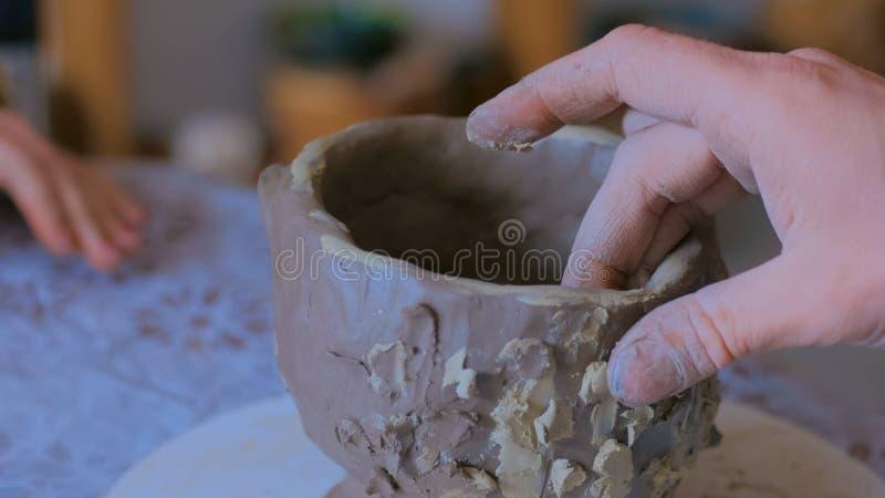 Yrkesm?ssig manlig keramiker som arbetar i seminariet, studio royaltyfria bilder