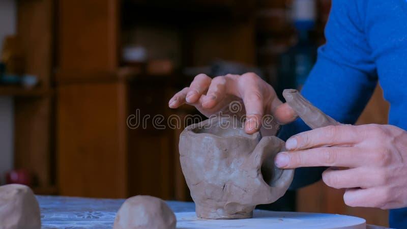 Yrkesm?ssig manlig keramiker som arbetar i seminariet, studio arkivfoto