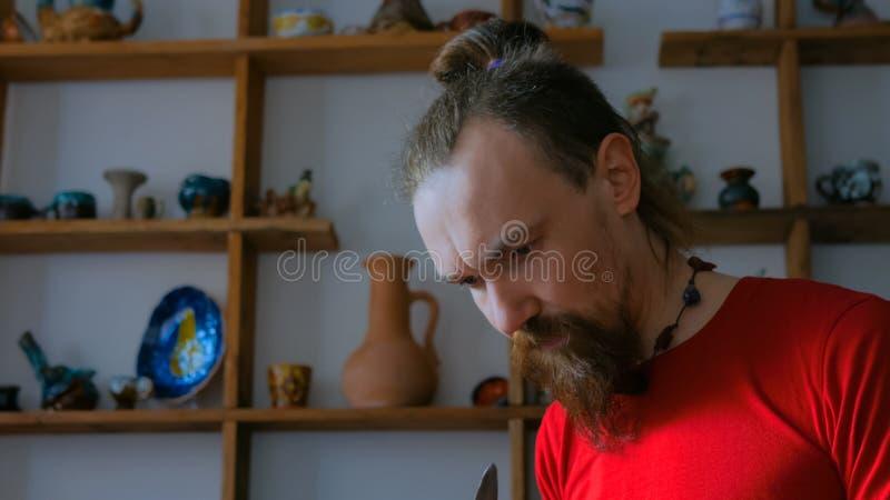 Yrkesm?ssig manlig keramiker som arbetar i studio royaltyfria foton