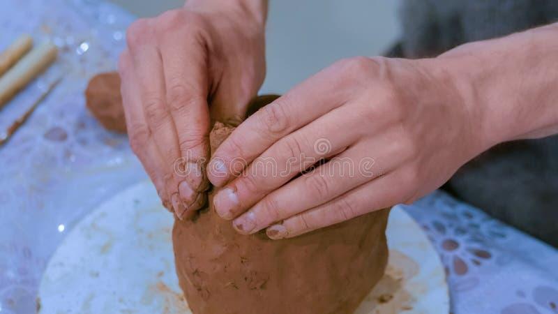 Yrkesm?ssig manlig keramiker som g?r den keramiska tillbringaren royaltyfri fotografi