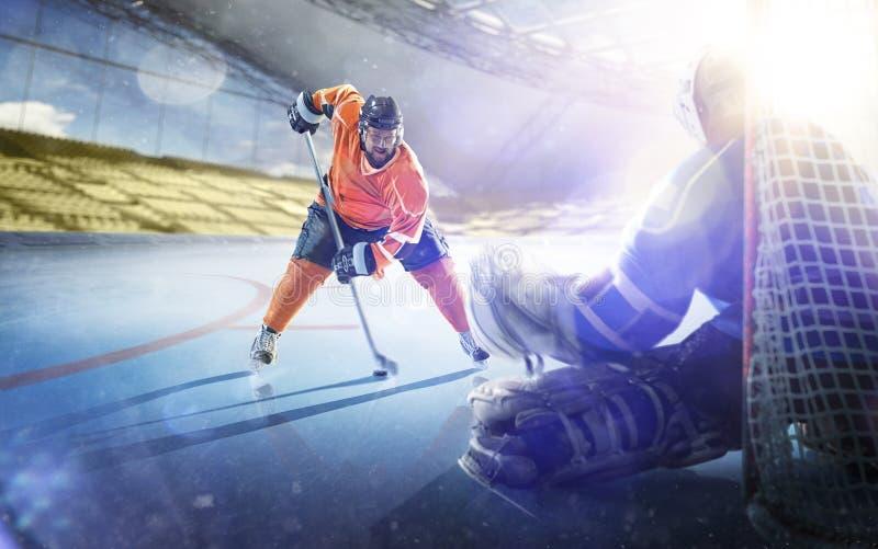 Yrkesm?ssiga hockeyspelare i handling p? den storslagna arenan fotografering för bildbyråer