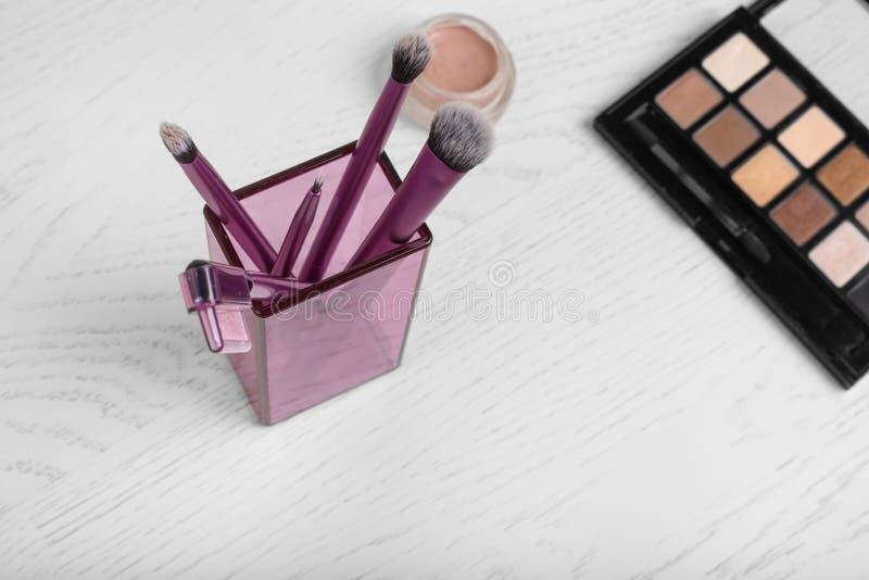 Yrkesm?ssiga makeupborstar och hj?lpmedel royaltyfri fotografi