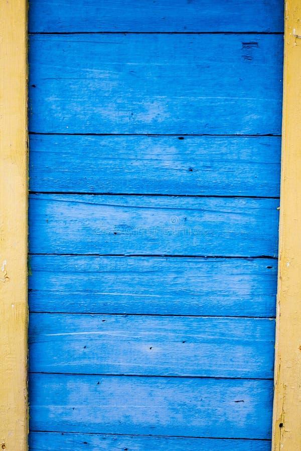 Ytbehandla att bestå av blått och gulna träplankor, utrymme för t royaltyfri bild