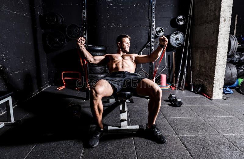Ytlig och fokuserad muskulär bröstbensbänk med hög träning i gymmet med gummi för styrka och god kvalitet royaltyfria bilder