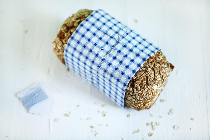 Żyto cały zbożowy chlebowy bochenek z ziarnami i owsami zdjęcie stock