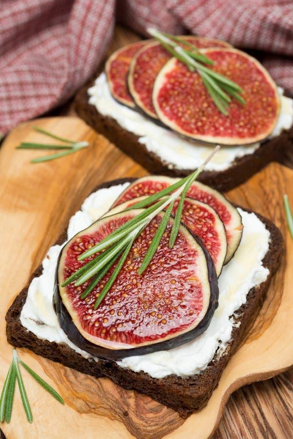 Żyto chleb z koźlim serem, świeże figi, miód, rozmaryn, zbliżenie zdjęcia royalty free