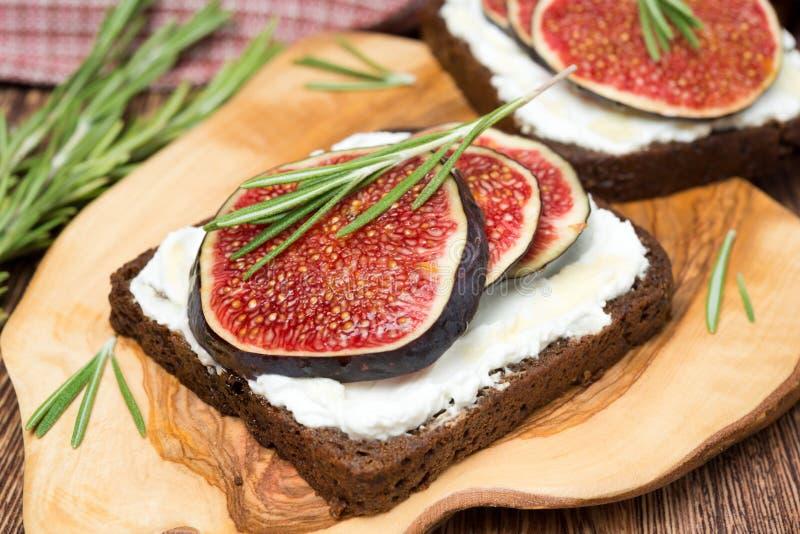 Żyto chleb z koźlim serem, świeżymi figami, miodem i rozmarynami, zdjęcia stock