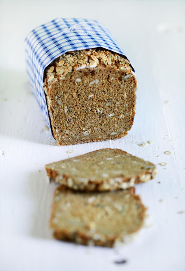 Żyto chleba duńska nieociosana cała adra pokrajać bochenek z ziarnami fotografia royalty free