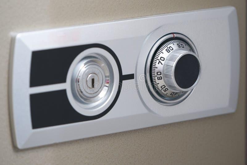 Ytterdörr av kassaskåpet, visartavlamekanikern och det nyckel- hålet för öppet royaltyfria foton