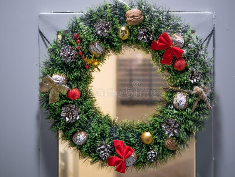 Ytterdörr med julkransen arkivfoto