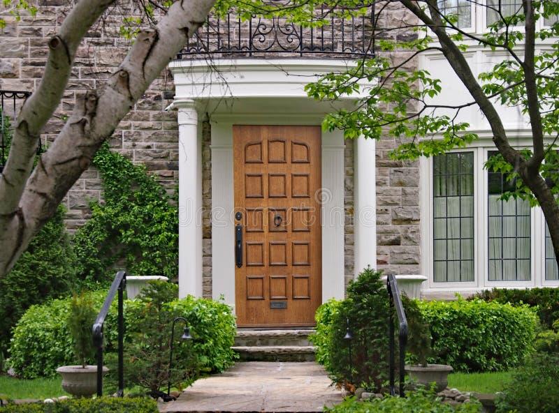 Ytterdörr med portiken och den skuggiga främre gården arkivfoto