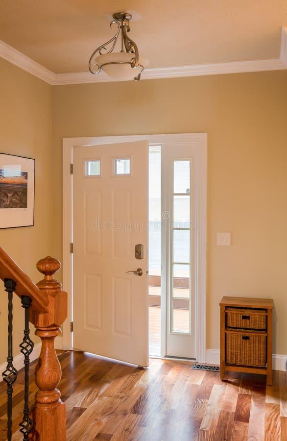 Ytterdörr och korridor med trägolvet royaltyfri foto
