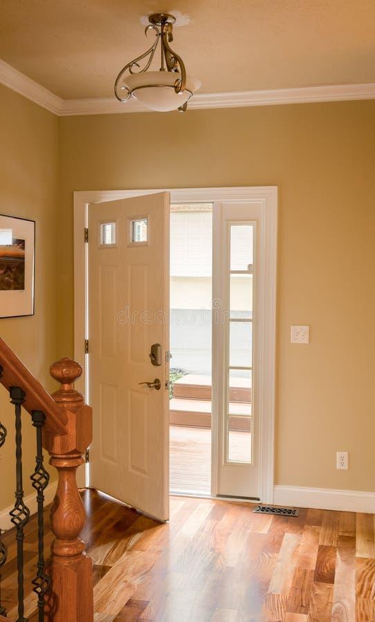 Ytterdörr och korridor med trägolvet royaltyfri bild