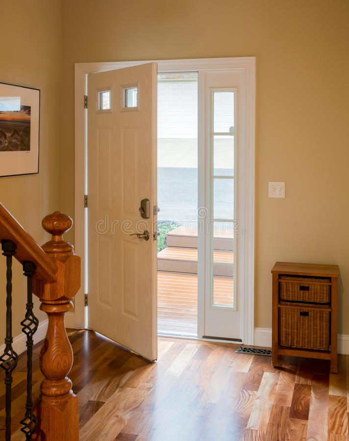 Ytterdörr och korridor med trägolvet fotografering för bildbyråer